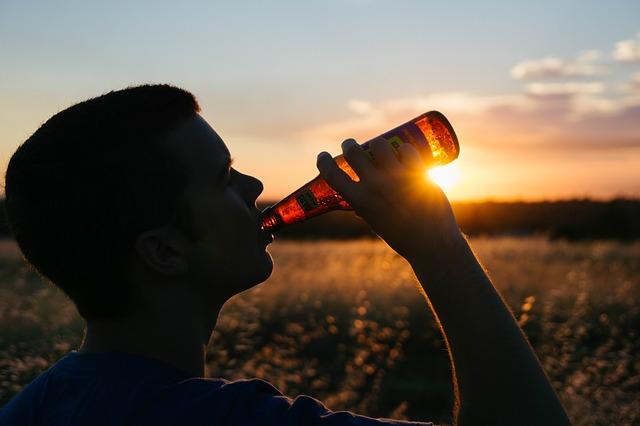 pití piva při západu slunce