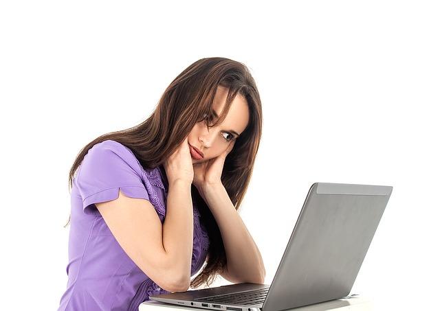 notebook, žena, fialové tričko