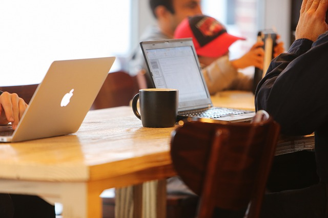 notebooky a kavárna