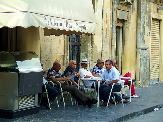 muži před hospodou