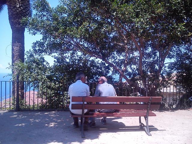 muži na lavičce