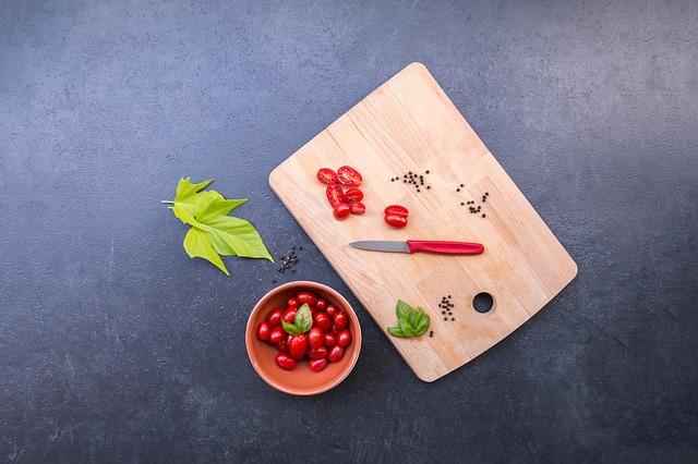 zelenina na prkénku a pracovní desce
