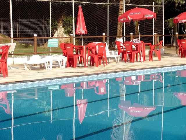 posezení u bazénu se slunečníky