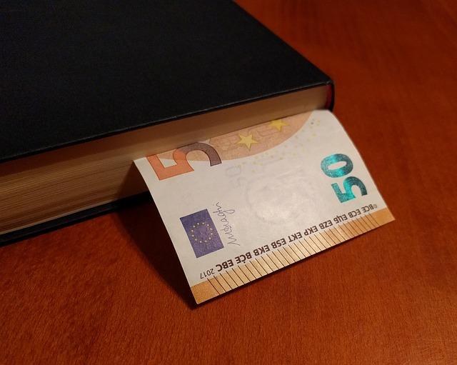 kniha se záložkou – eurem