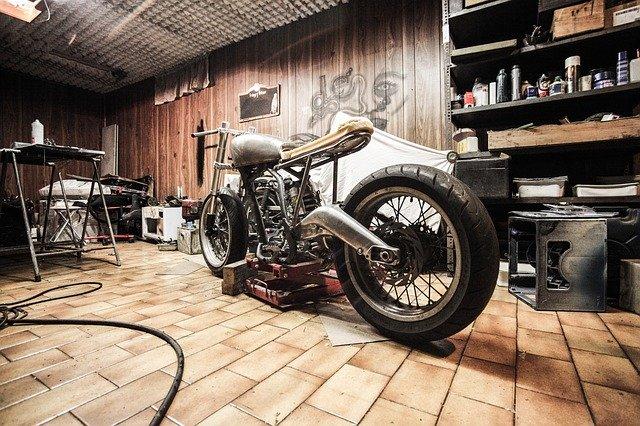 motorka stojící v garáži