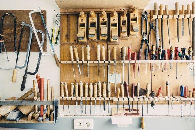 nářadí umístěné v garáži